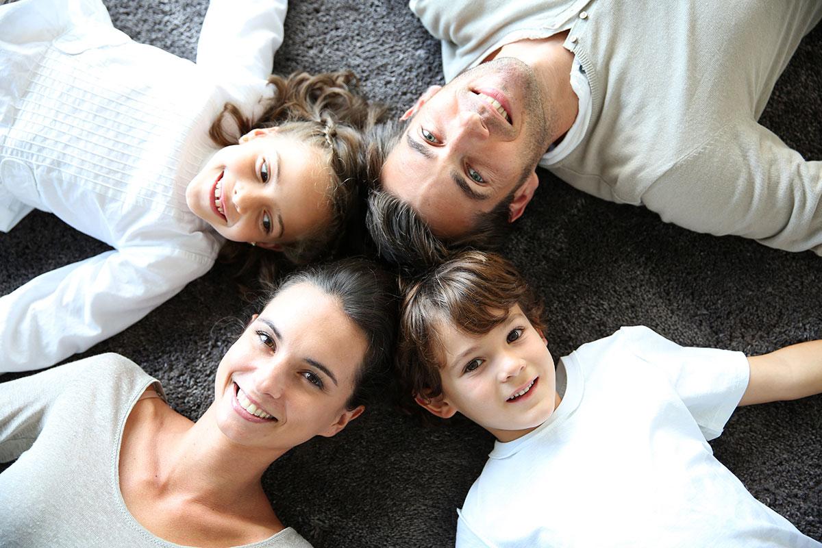 Famille souriante grâce aux services AVISTEL