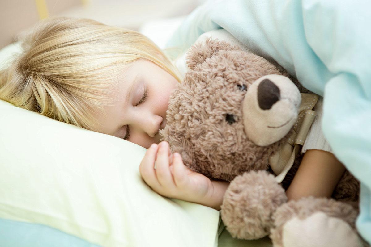 Petite fille dort paisiblement AVISTEL
